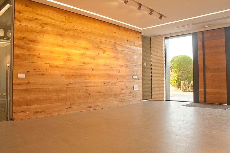 Revestimientos de pared de madera a medida espacios en - Revestir pared con madera ...