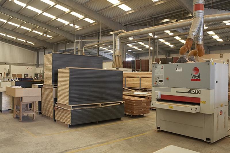 Producción de mobiliario para exposiciones y mobiliario para tiendas.