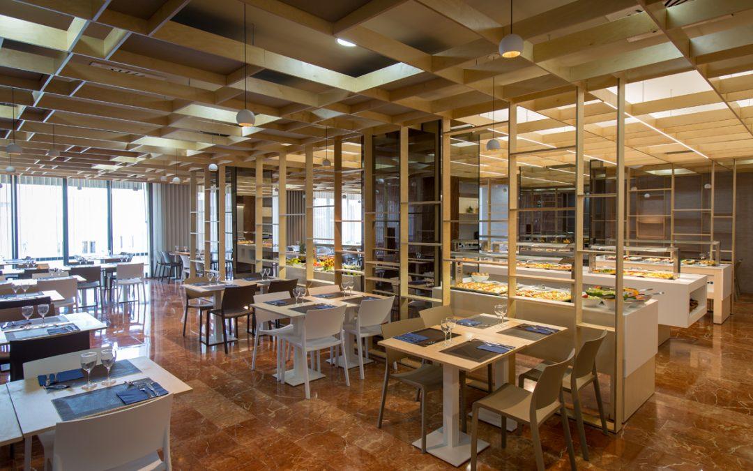 La madera crea el lienzo gastronómico del restaurante del hotel Olympia